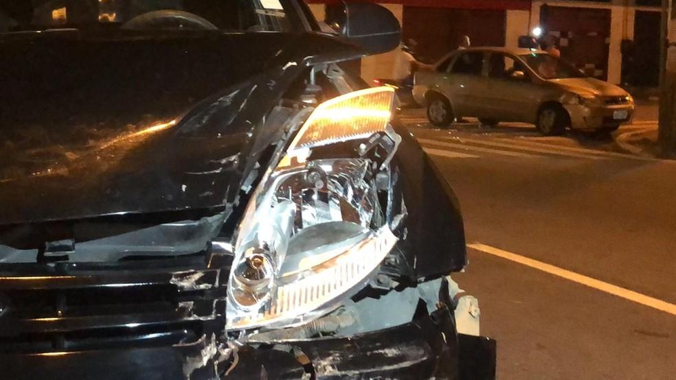 Acidente na avenida Vasco da Gama envolveu três carros na noite do domingo (10), em João Pessoa — Foto: Walter Paparazzo/G1