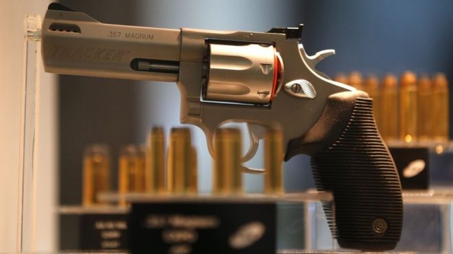 Já existe projeto avançado no Congresso para afrouxar os critérios da compra de armas (Foto: Reuters via BBC News Brasil)