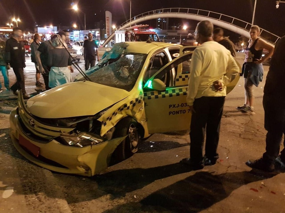 -  Taxista, passageira e rapaz atropelado na calçada já receberam alta após acidente no início da noite de segunda  16  em Juiz de Fora  Foto: Bruno Rib