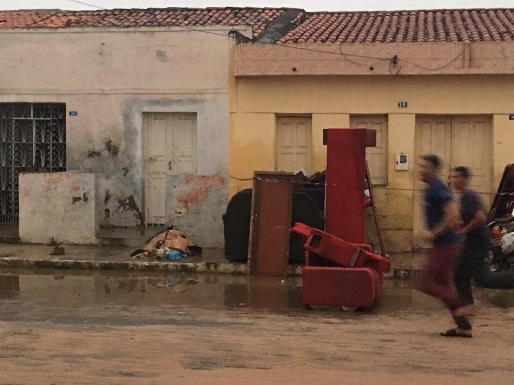 Moradores correm após alerta de evacuação em Coronel João Sá — Foto: Alan Tiago Alves/G1