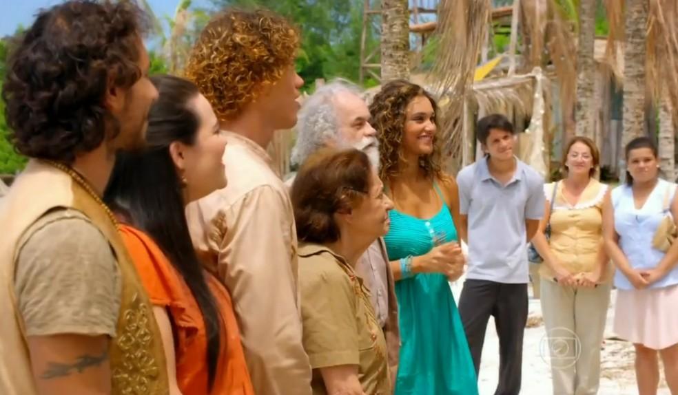 Doralice (Rita Guedes) e Quirino (Aílton Graça) convidam os amigos de Vila dos Ventos para o casamento, em 'Flor do Caribe' — Foto: Globo