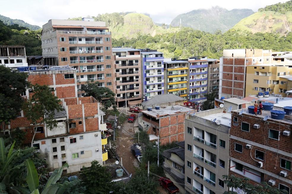 Foto desta sexta (12) mostra os outros prédios construídos recentemente na região da Muzema — Foto: Marcos Serra Lima/G1