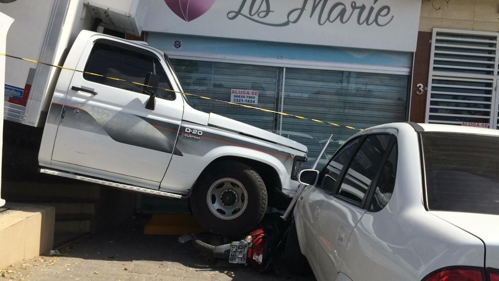 Caminhão desgovernado atingiu três e um outra moto antes de atingir o mototaxista — Foto: Érica Ribeiro/TV Paraíba