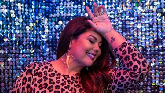 Fabiana Karla faz tatuagem em homenagem à personagem Madá, de 'Verão 90'