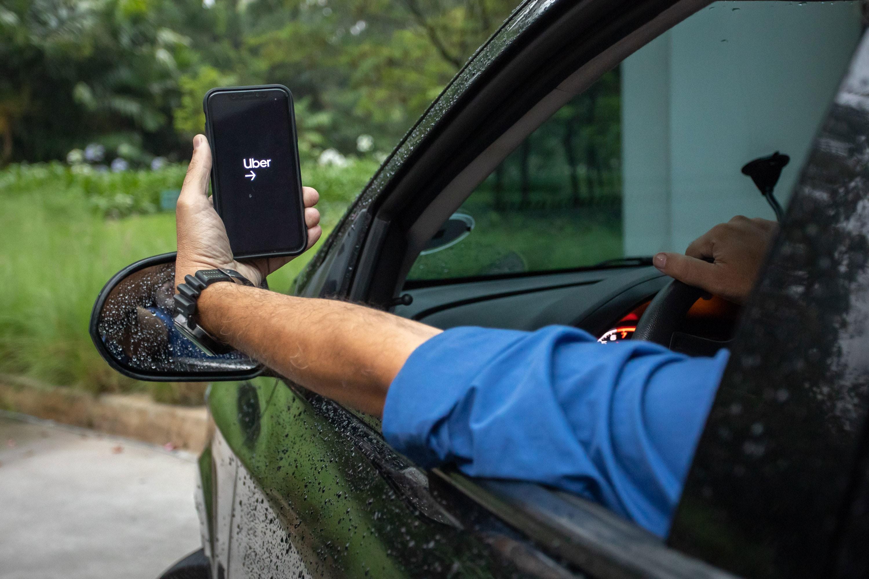 Projeto aprovado na Alerj obriga apps de transporte e de entregas a dar máscaras e álcool em gel para motoristas e entregadores