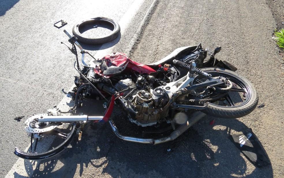 Moto ficou destruída após batida com carreta BR-242, no oeste da Bahia — Foto: Edivaldo Braga/Blogbraga