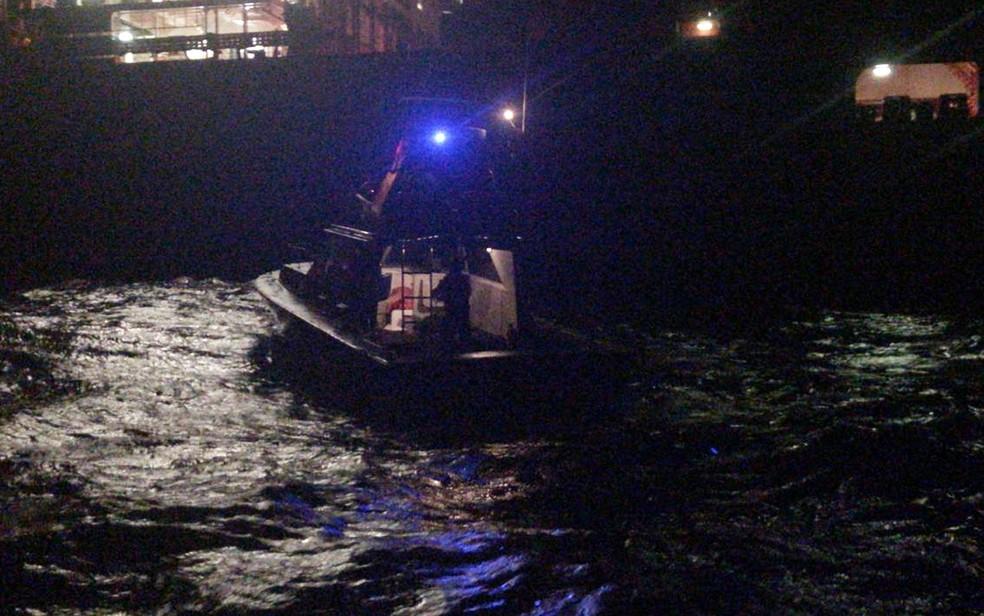Equipe de resgate atuou durante a madrugada em buscas por desaparecidos — Foto: Flotilha Associação de Lanchas da Bahia