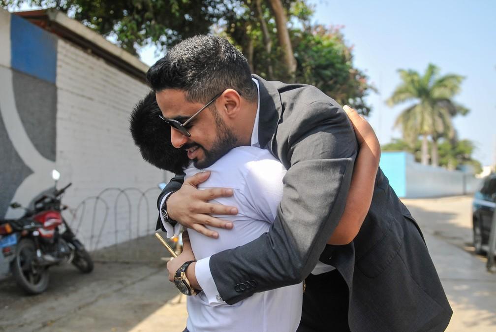 Garoto peruano e milionário de Bahrein se abraçam — Foto: Reprodução/Facebook/Prefeitura de Moche