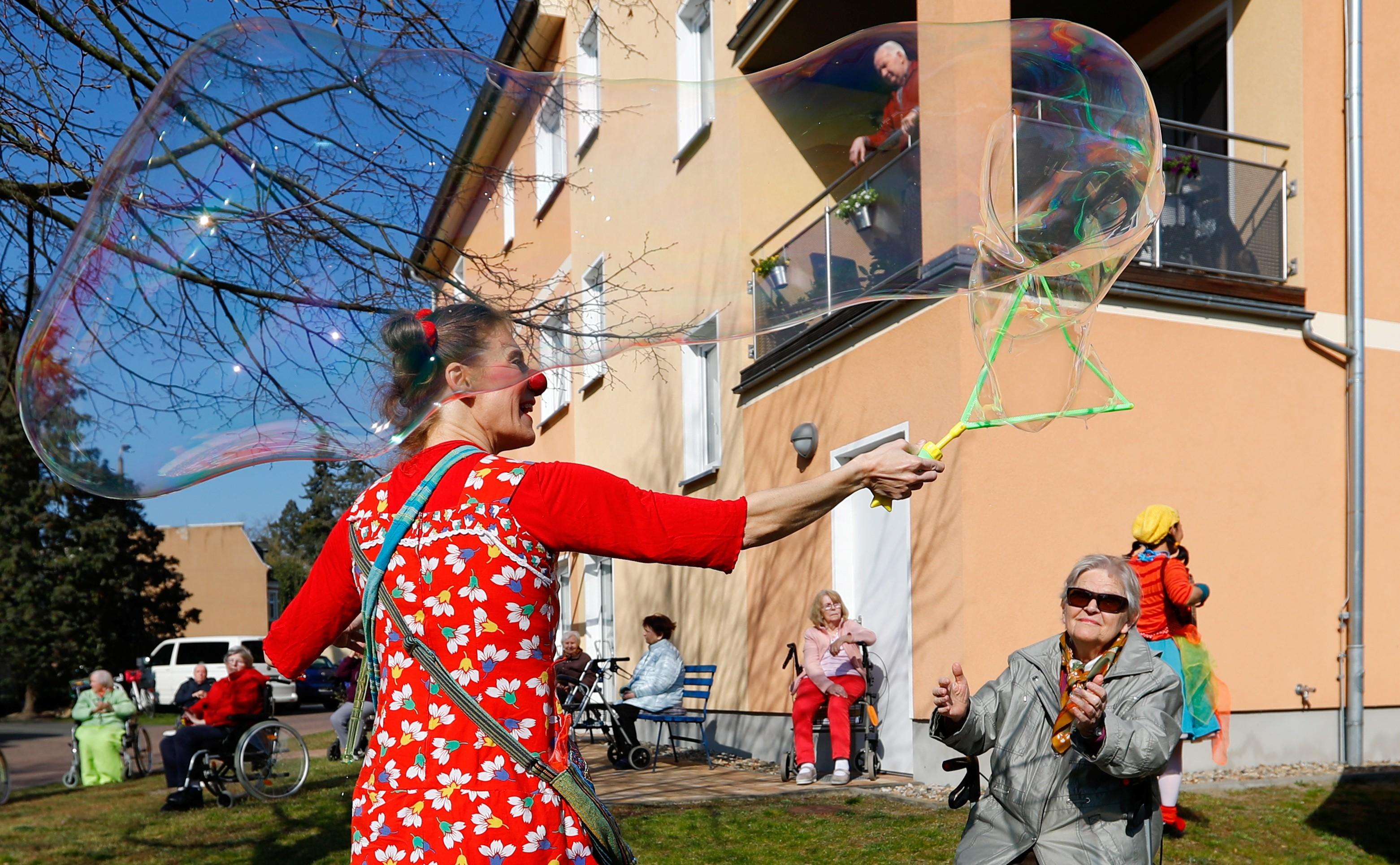 Palhaços divertem idosos alemães do lado de fora de asilos durante pandemia de coronavírus