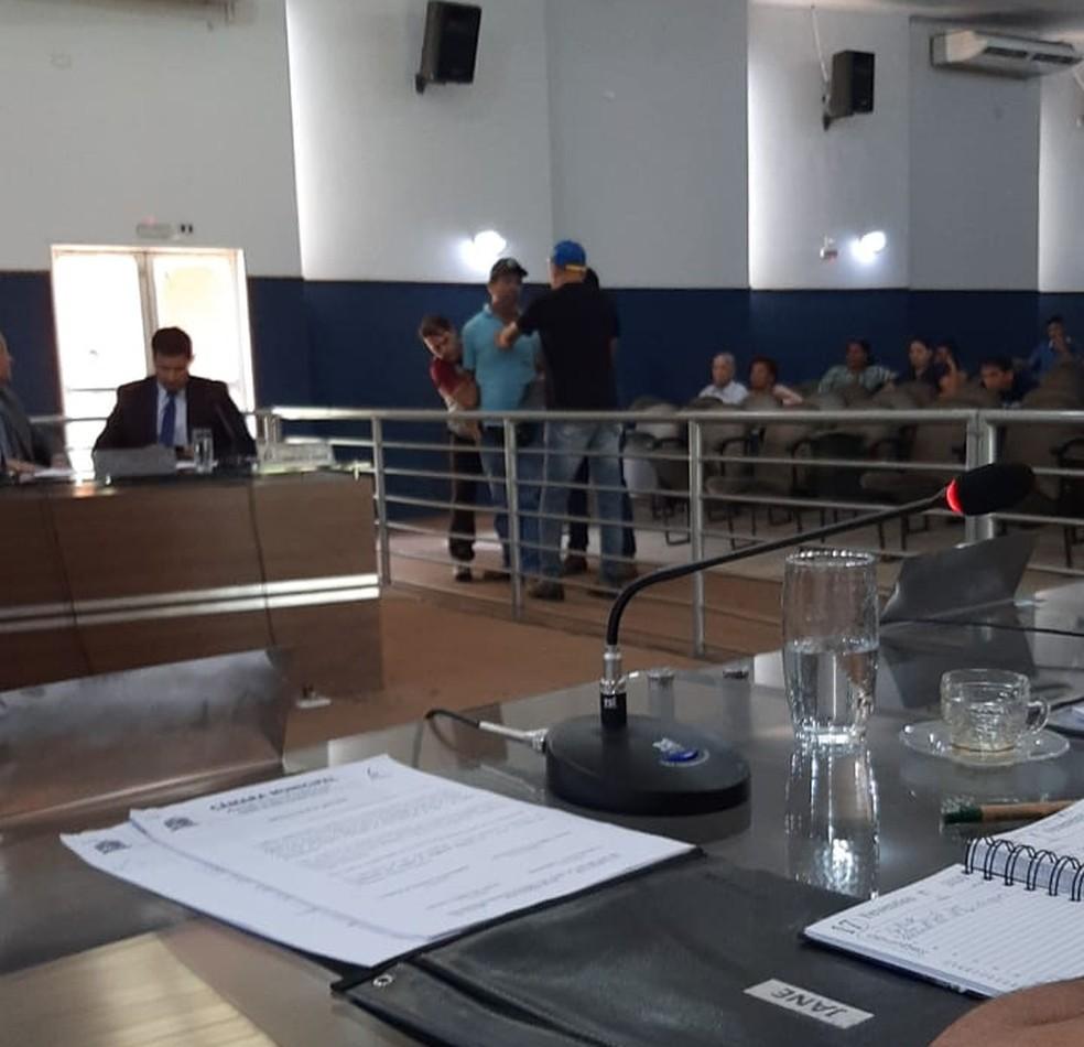 Ex-servidor sendo contido na Câmara de Nova Alvorada (MS)  — Foto: WhatsApp/Divulgação