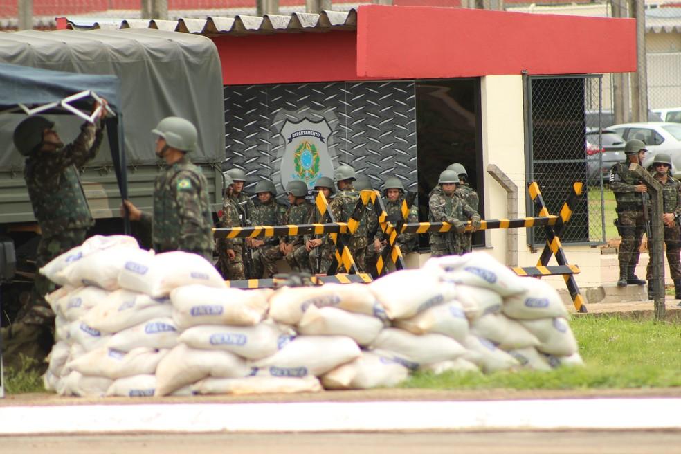 Exército chega para a montagem do esquema de segurança no Presídio Federal de Porto Velho.  — Foto: Pedro Bentes/G1