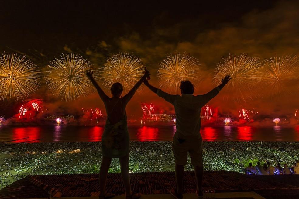 Casal celebra a virada do ano para 2017 no Leme, com vista privilegiada da queima de fogos (Foto: Marcello Cavalcanti/Arquivo pessoal)