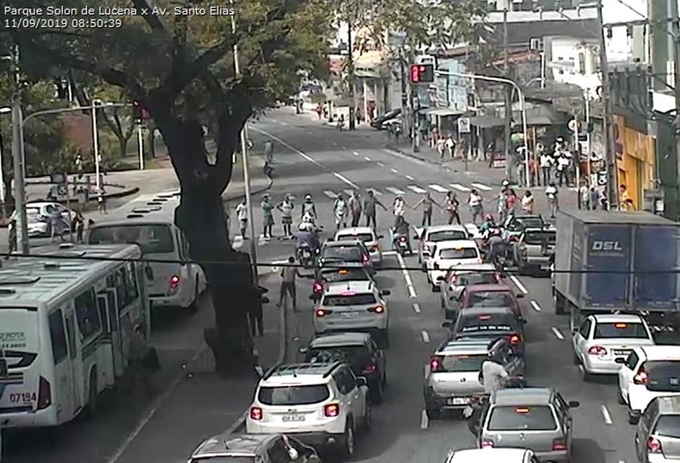 Ambulantes interditam Avenida Santo Elias, no Parque Solon de Lucena, Centro de João Pessoa — Foto: Reprodução/Semob-JP