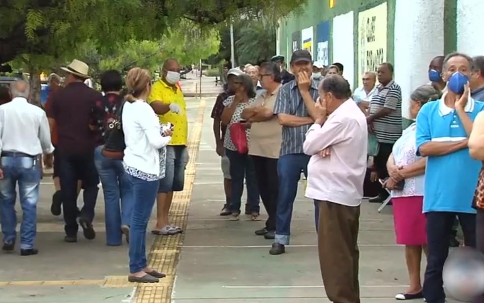 Idosos aglomerados em fila no campo do Goiás Futebol Clube, Goiás — Foto: Reprodução/TV Anhanguera