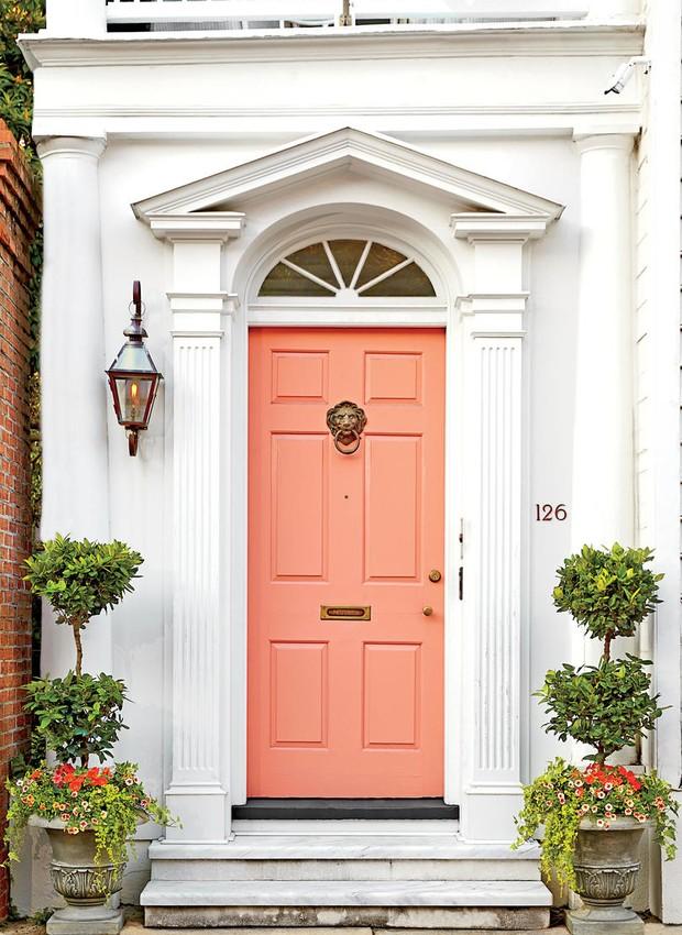 Door front:126 Tradd StreetCharleston, SCStory Editor/Producer: Elly PostonCreative Director/Art Director: Robert PerinoFloral Design/Props: Heather Barrie (Gathering) (Foto: Southern Living/ Reprodução)