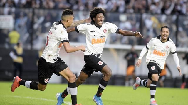 Talles Magno comemora o gol do Vasco