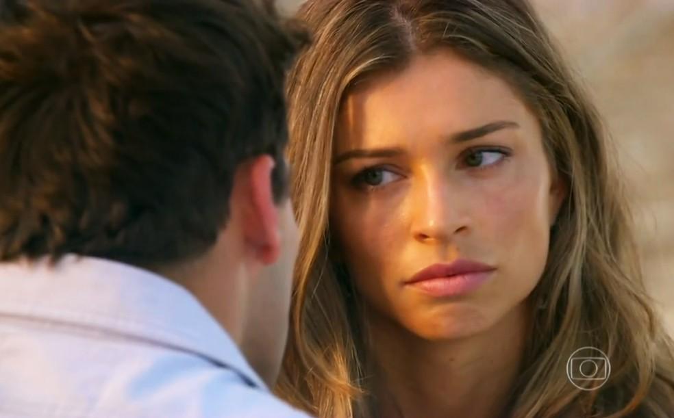 Ester (Grazi Massafera) tem mau pressentimento quando Cassiano (Henri Castelli) revela sobre pedido de  Alberto (Igor Rickli), em 'Flor do Caribe' — Foto: Globo