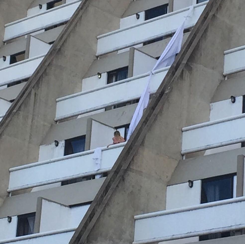 Mulher grávida usou lençóis para descer andares de hotel (Foto: Imagens de internautas)