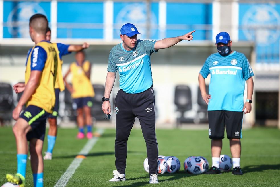 Tiago Nunes comanda treino do Grêmio após vitória contra o Caxias — Foto: Lucas Uebel/DV/Grêmio