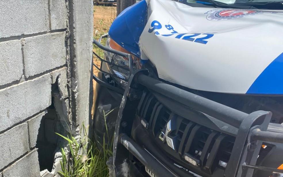 Ao menos um PM ficou ferido no acidente — Foto: Reprodução/TV Bahia