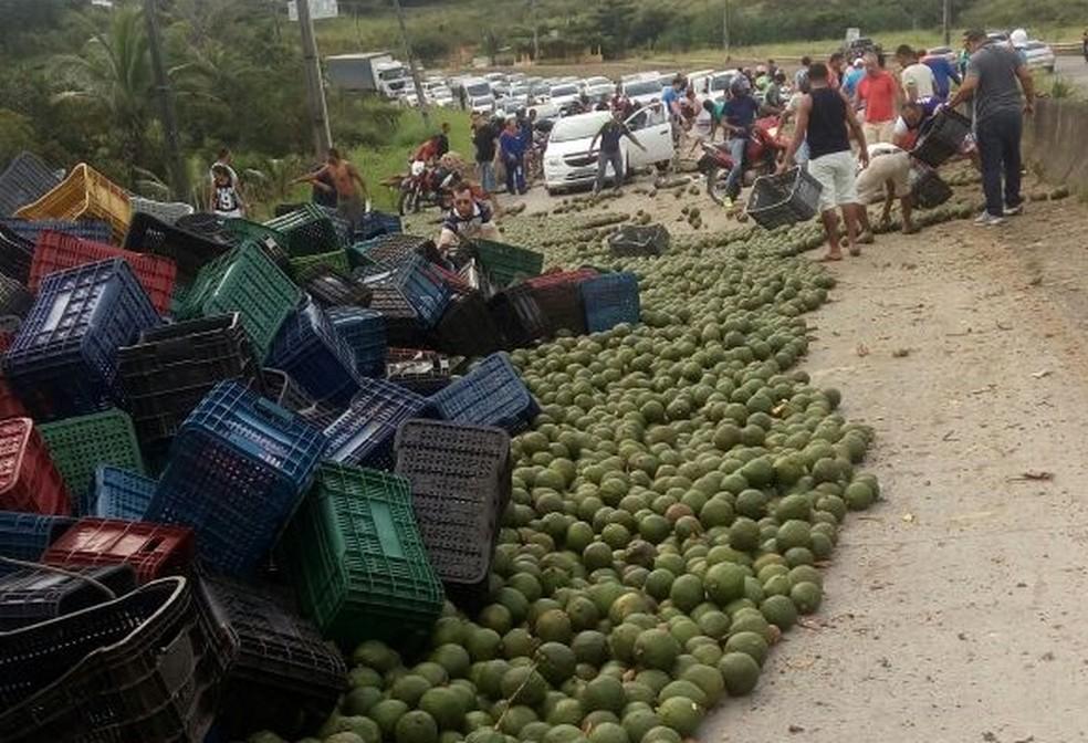 Carreta tombou nas proximidades do município de Moreno, no Grande Recife (Foto: Reprodução/WhatsApp)