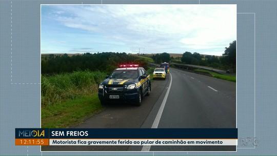 Moradores passam noite fora de casa depois de caminhão invadir casa em Curitiba