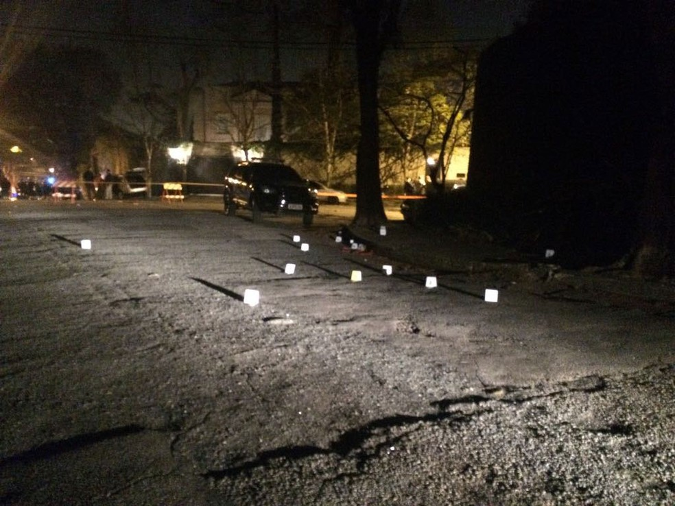 Placas sinalizam onde estão parte das dezenas de cápsulas deflagradas no tiroteio do Morumbi (Foto: Will Soares/G1)