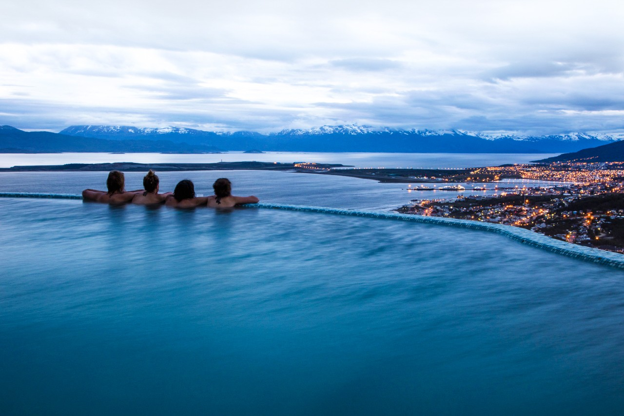 Four people relax in infinity jacuzzi pool at Arakur Ushuaia Resort and Spa at dusk, Ushuaia, Tierra del Fuego, Patagonia, Argentina (Foto: Divulgação)