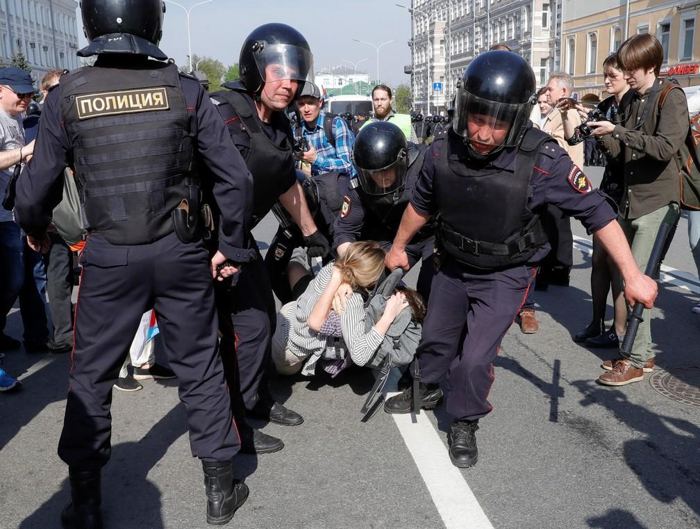 Manifestantes são presos durante protesto contra o presidente Vladimir Putin em Moscou, na Rússia, neste sábado (05) (Foto: Tatyana Makeyeva/Reuters)