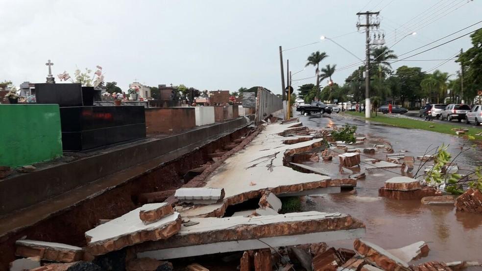 Muro do cemitério de Novo Horizonte (SP) desmoronou após temporal (Foto: Arquivo Pessoal)