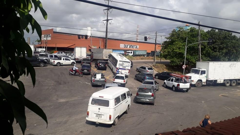 Trânsito ficou complicado após sinais de trânsito ficarem apagados em Fortaleza  — Foto: Reprodução/SVM