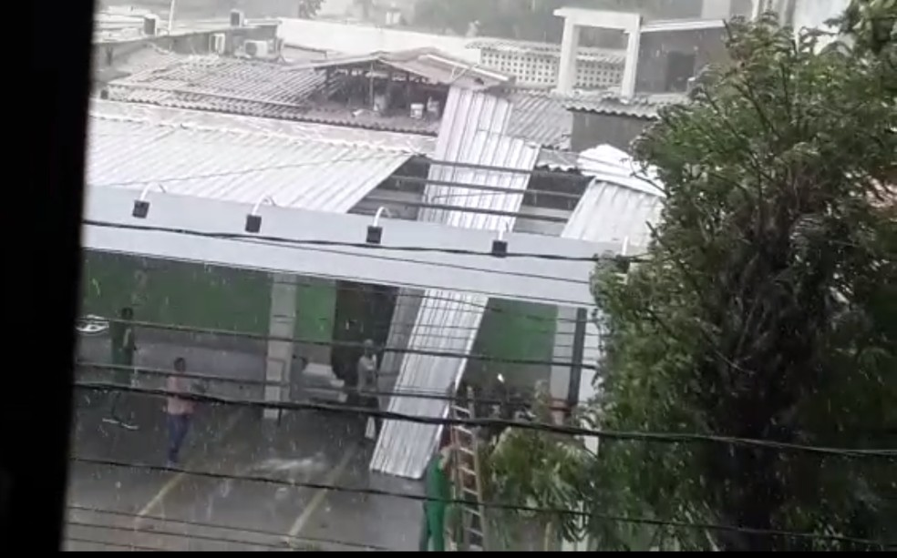 Teto de clínica cai durante chuva em Natal — Foto: Cedida