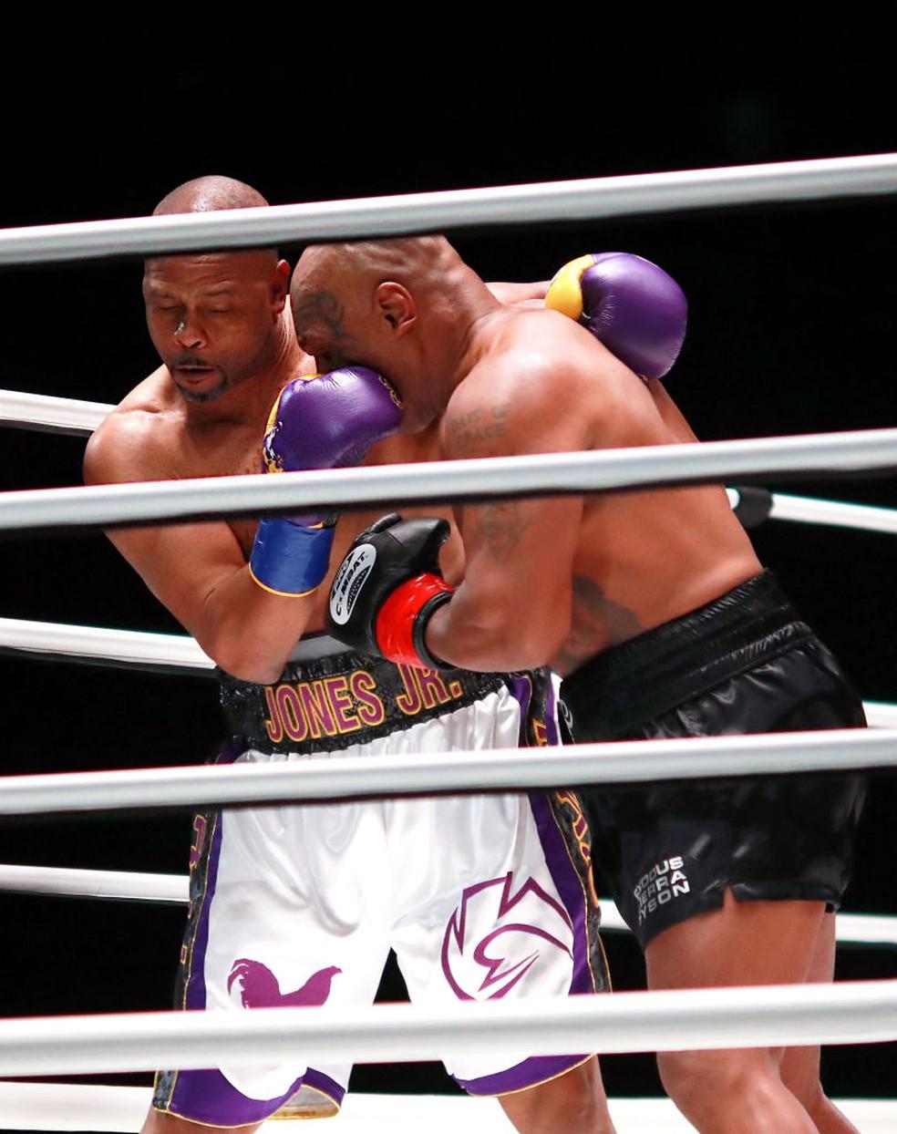 Roy Jones Jr. buscou sempre amarrar a luta — Foto: Joe Scarnici/Getty Images for Triller