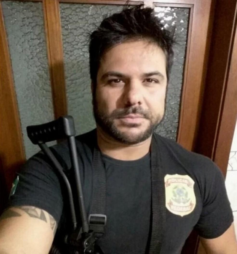 Uniforme e arma que aparecem em fotos foram apreendidos na residência do suspeito — Foto: Divulgação