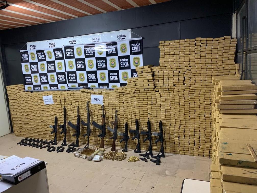 Segundo Polícia Civil, drogas e armas estavam escondidos no fundo falso de um caminhão em um sítio em Torreões em Juiz de Fora — Foto: Polícia Civil/Divulgação
