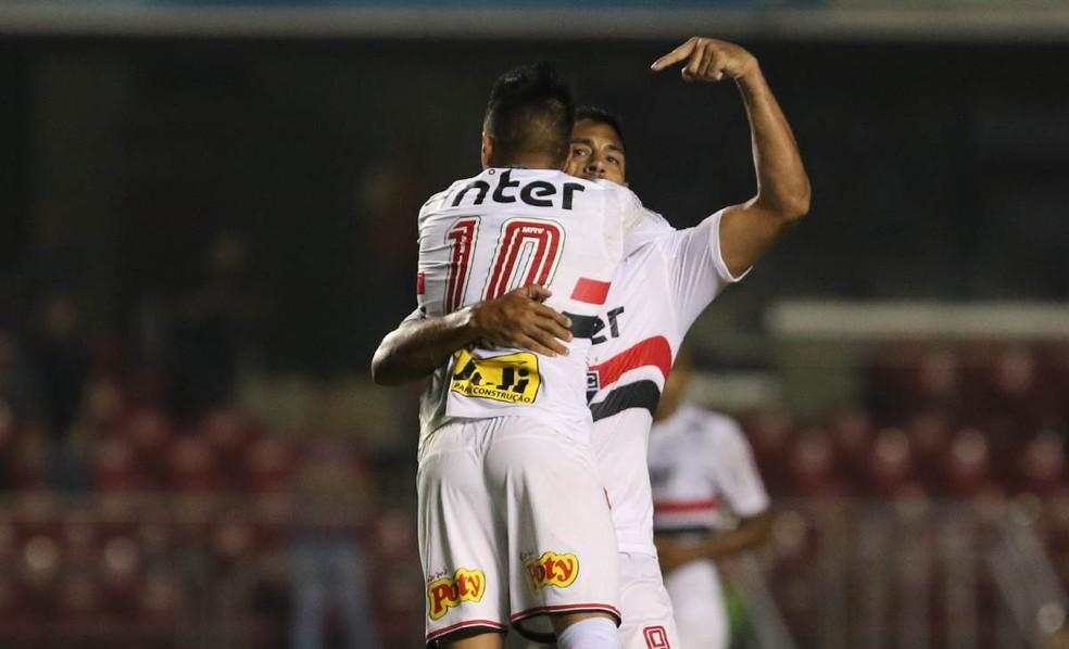 Diego Souza abraça Cueva após gol de empate do São Paulo (Foto: Rubens Chiri/saopaulofc.net)