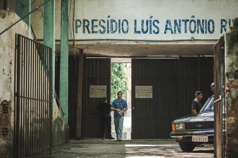 João (Rafael Vitti) consegue sair da prisão antes de terminar sua pena — Foto: Fabiano Battaglin/Gshow