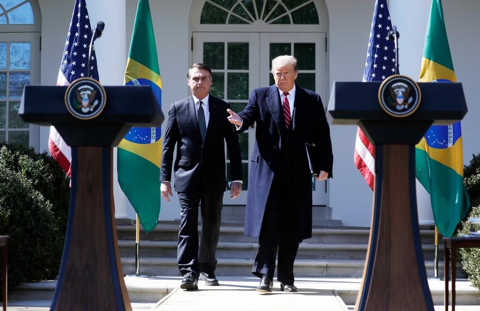 O presidente Jair Bolsonaro segue com o presidente dos EUA Donald Trump para o Rose Garden, na Casa Branca — Foto: Evan Vucci/AP