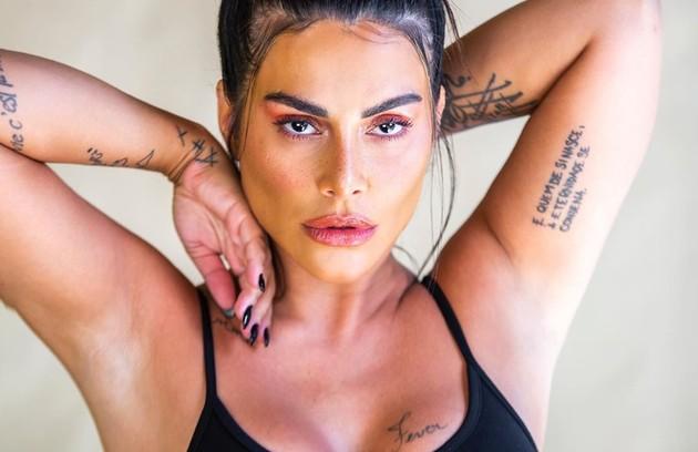 Com quase 30 tatuagens pelo seu corpo, Cleo diz que a paixão começou aos 17 anos e revelou o significado de algumas delas num vídeo publicado no seu canal no YoTube. Confira nas imagens a seguir (Foto: Divulgação)