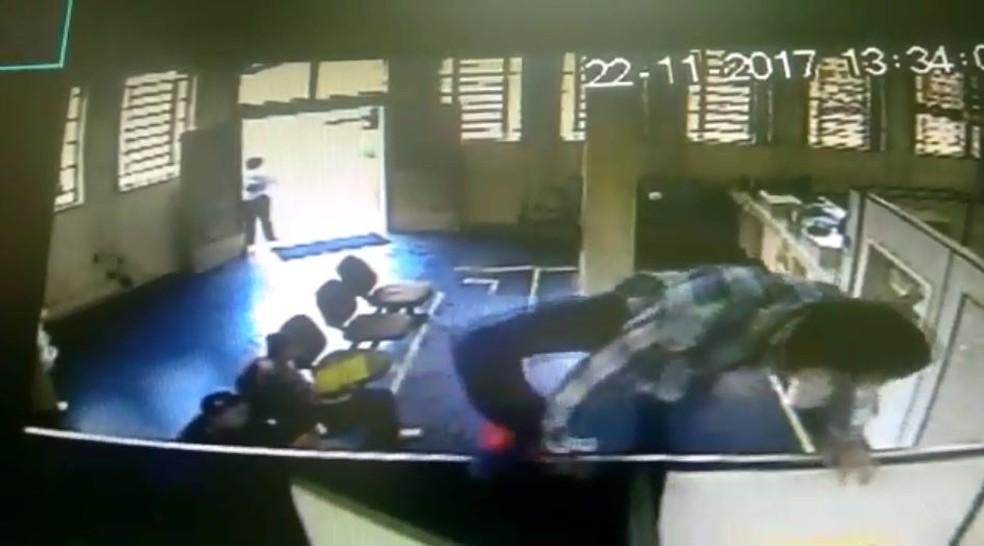 Câmeras flagraram momento que suspeito pulou parede de agência em Conceição do Rio Verde (MG). (Foto: Circuito de segurança)