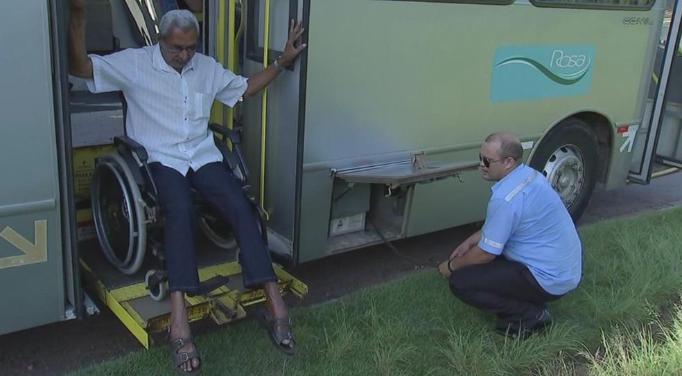 'Ônibus tem capacidade de apenas um passageiro com cadeira de rodas', conta aposetado (Foto: Reprodução/TV TEM)