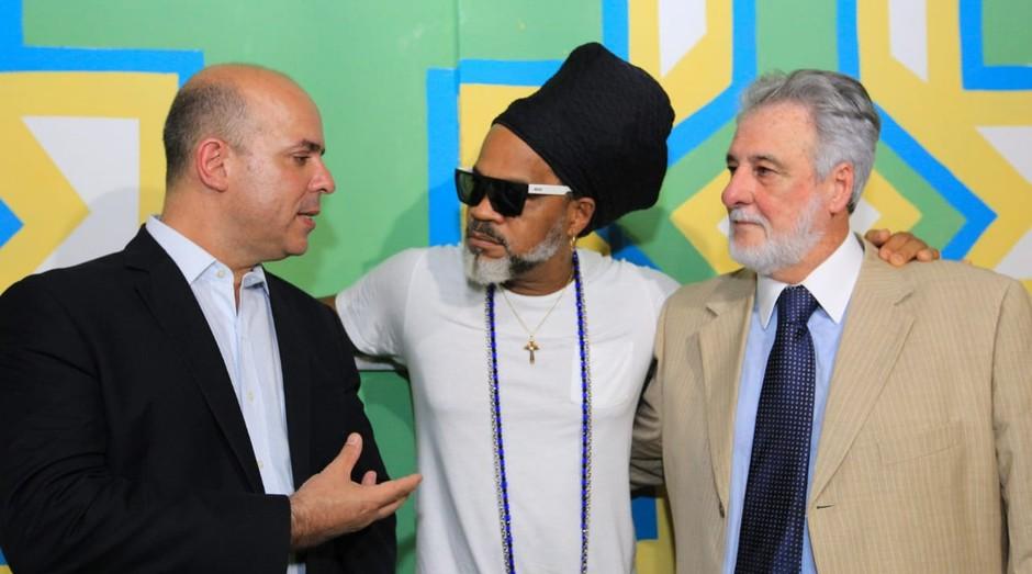 O secretário Carlos Da Costa, Carlinhos Brown e o presidente do Sebrae, Carlos Melles. (Foto: Divulgação)