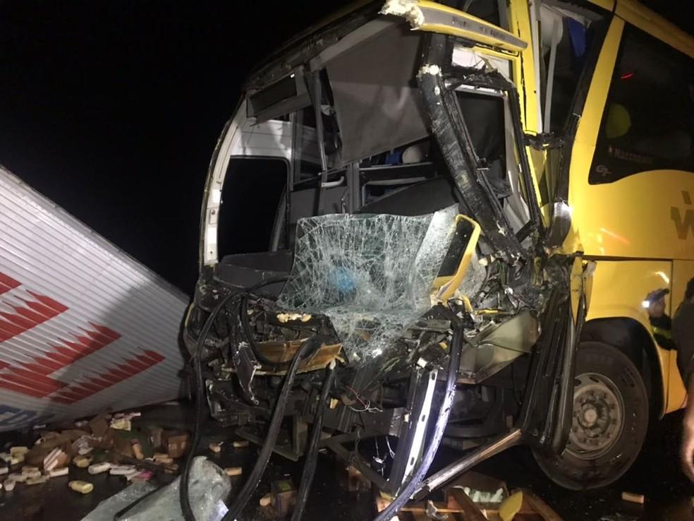 O motorista do ônibus ficou preso às ferragens e não resistiu aos ferimentos (Foto: Edson Simões / Arquivo Pessoal)