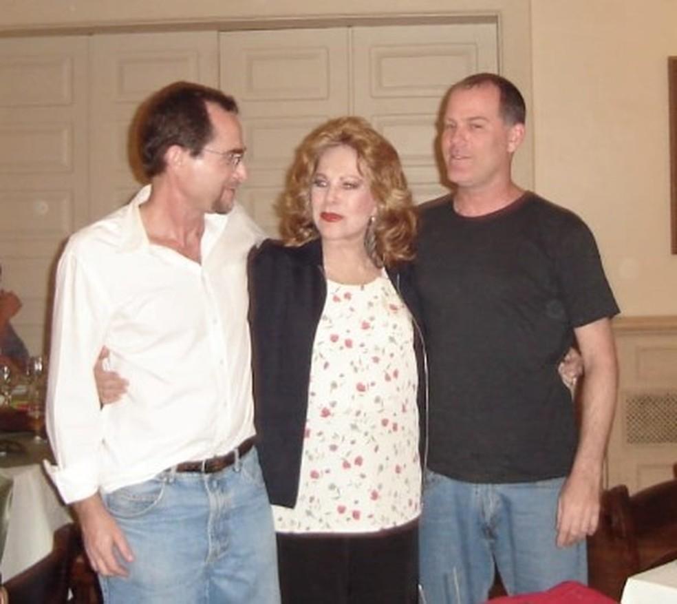 Martha Rocha com os filhos Carlos e Álvaro em foto tirada em 2006 — Foto: Arquivo Pessoal