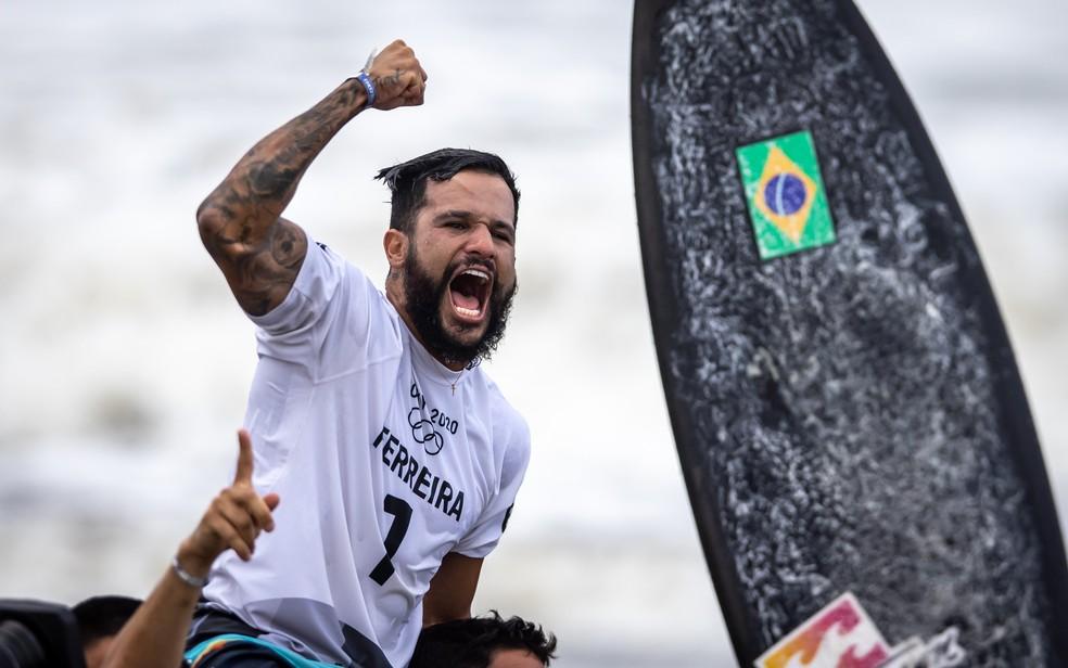 Italo Ferreira é campeão olímpico de surfe — Foto: Jonne Roriz/COB
