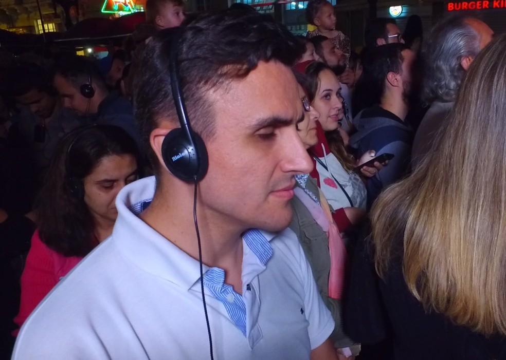 Com os fones de ouvido, Thiago conseguiu saber tudo o que estava acontecendo, além de escutar as músicas. (Foto: Reprodução/RPC)