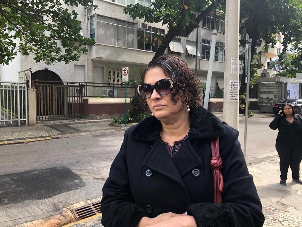Maria do Céu Harris, viúva de João Gilberto, em frente ao apartamento do casal no início da tarde deste domingo (7) — Foto: Carlos Brito / G1