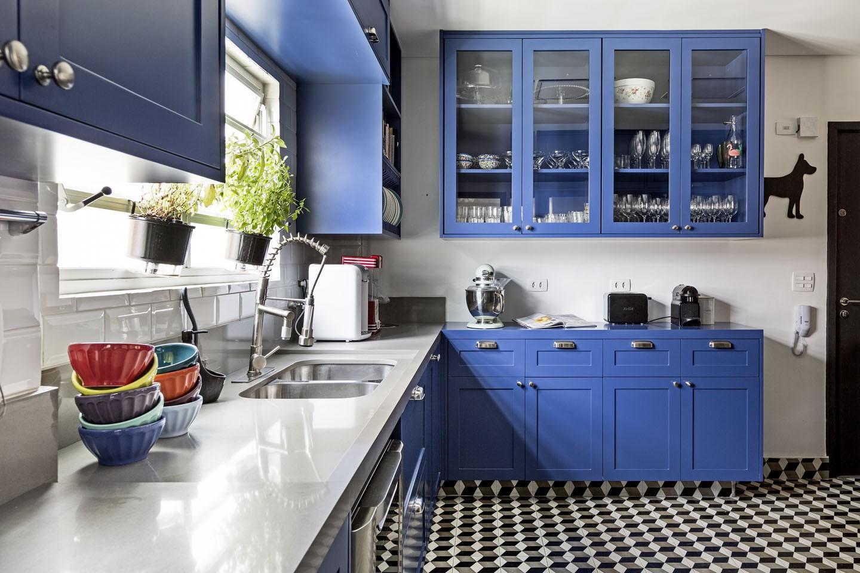 Décor do dia: cozinha integrada na cor Classic Blue (Foto: Julia Ribeiro/Divulgação)
