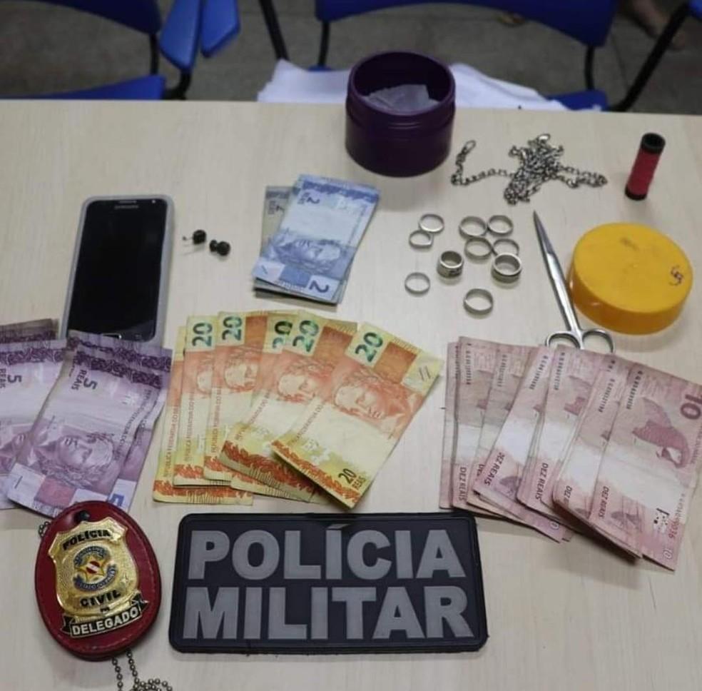 Com o casal foram encontrados duas petecas de oxi e 400 reais. — Foto: Polícia Militar de Oriximiná/ Divulgação
