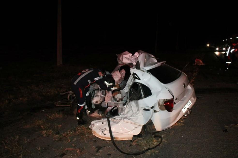Carro ficou destruído após bater de frente com caminhão — Foto: Blog Braga /Repórter Marlon